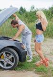 Paar die de motor van een auto bekijken royalty-vrije stock afbeelding