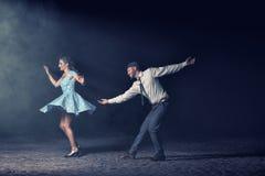 Paar die in de nacht dansen stock afbeelding