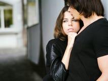 Paar die in de stad omhelzen Royalty-vrije Stock Afbeeldingen