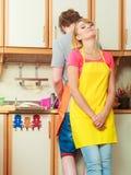 Paar die de was omhoog in keuken doen Stock Foto