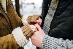 paar die in de wintersweaters en warme lagen handen houden royalty-vrije stock afbeeldingen