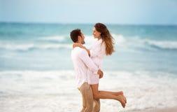 Paar die in de zomervakantie genieten van royalty-vrije stock afbeelding
