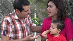 Paar die dichtbij Baby debatteren stock video