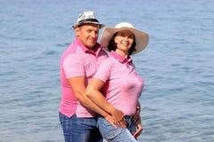 Paar die dichtbij het overzees lopen royalty-vrije stock afbeelding