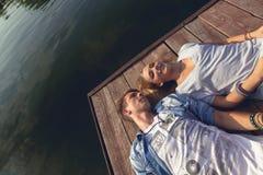 Paar die dichtbij Rivier genieten van Stock Foto's