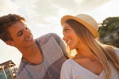 Paar die dichtbij Rivier genieten van Royalty-vrije Stock Foto