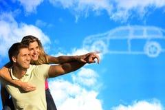 Paar die die aan wolken richten als een auto worden gevormd. Stock Afbeeldingen