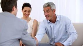 Paar die die een contract ondertekenen door een verkoper wordt gegeven stock video
