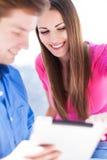 Paar die digitale tablet gebruiken Royalty-vrije Stock Foto's