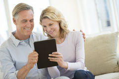 Paar die Digitale Tablet thuis gebruiken stock foto