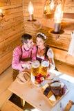 Paar die diner hebben bij berghut in alpen Royalty-vrije Stock Afbeeldingen