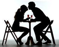 Paar die Diner met Wijnglas hebben op Lijst royalty-vrije stock foto
