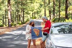 Paar die door auto in het bos reizen Stock Fotografie