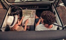 Paar die door auto reizen royalty-vrije stock afbeelding