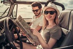 Paar die door auto reizen stock afbeelding