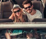 Paar die door auto reizen stock fotografie