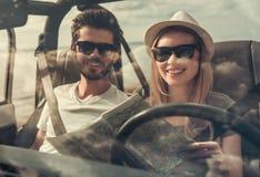 Paar die door auto reizen stock foto