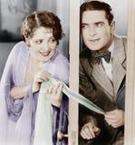 Paar die door een lichtjes open deur flirten (Alle afgeschilderde personen leven niet langer en geen landgoed bestaat Leverancier Royalty-vrije Stock Afbeeldingen