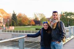 Paar die door WrocÅ 'aw in Polen reizen stock foto's