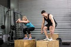 Paar die doossprongen in gymnastiek doen Royalty-vrije Stock Foto's
