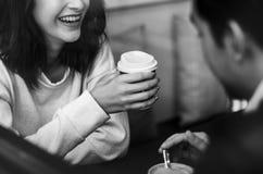 Paar die drinkend een koffie glimlachen Stock Afbeelding