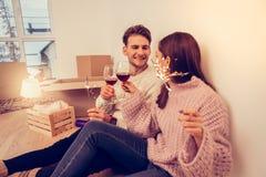 Paar die echt gedenkwaardig terwijl het vieren van hun het bewegen voelen royalty-vrije stock afbeelding