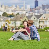 Paar die een datum in San Francisco, Californië, de V.S. hebben stock afbeelding