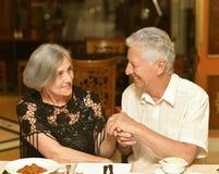 Paar die een diner hebben stock foto's