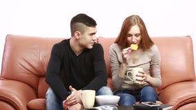 Paar die een ernstige bespreking over de laag hebben thuis stock videobeelden