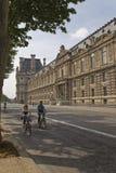 Paar die een fiets berijden op de straat van Parijs Stock Fotografie