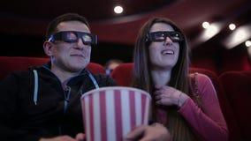 Paar die een film waching bij bioskoop stock footage