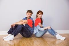 Paar die een gebroken hart houden Stock Fotografie