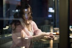 Paar die een goede tijd in een koffie hebben Royalty-vrije Stock Afbeelding