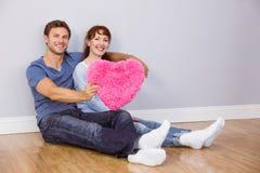 Paar die een groot hart houden Stock Foto's