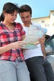 Paar die een kaart bekijken Royalty-vrije Stock Foto