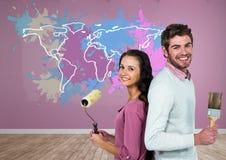 Paar die een Kleurrijke Kaart met verf geploeterde muurachtergrond schilderen Stock Foto