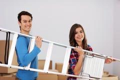 Paar die een ladder geven stock foto's