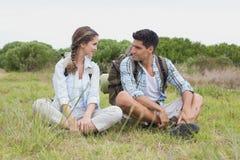 Paar die een onderbreking op landschap nemen Stock Fotografie