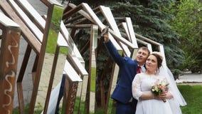 Paar die een selfie doen stock video