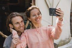 Paar die een selfie nemen stock afbeelding