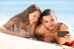 Paar die een selfie op strand maken Stock Foto's