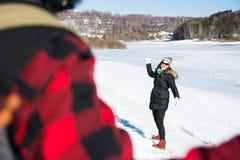Paar die een sneeuwbalstrijd op een zonnige dag hebben stock foto