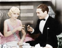 Paar die een spel van het delen van een doughnut spelen (Alle afgeschilderde personen leven niet langer en geen landgoed bestaat  royalty-vrije stock afbeeldingen