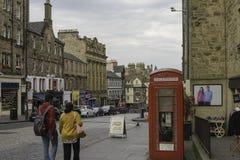 Paar die in een straat van oud Edinburgh lopen stock foto's
