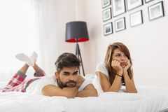 Paar die een strijd in slaapkamer hebben stock afbeelding