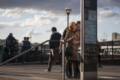 Paar die een toeristenonthaal lezen aan de kaart van het de informatieteken van Londen Royalty-vrije Stock Foto