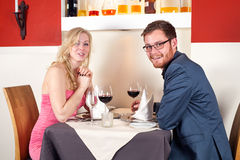 Paar die een Wijn hebben bij het Restaurant stock foto's