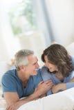 Paar die elkaar bekijken terwijl het Ontspannen in Bed royalty-vrije stock afbeelding
