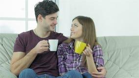 Paar die elkaar bekijken terwijl het zitten op a stock footage