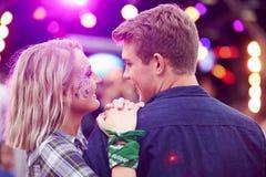 Paar die elkaar in de menigte bij muziekfestival bekijken royalty-vrije stock foto